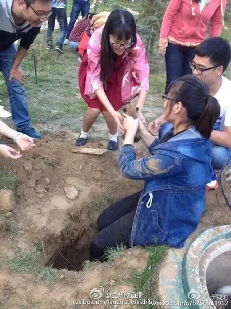 Diákok mentették meg az élve eltemetett kutyakölyköket