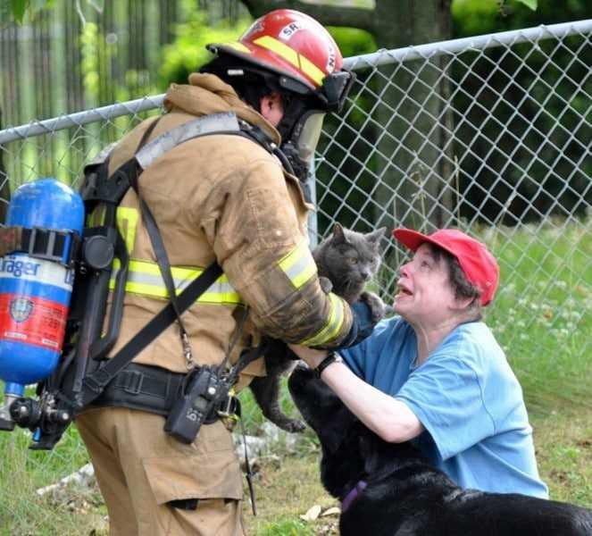18 kép tűzoltókról akik állatok életét mentik meg 14
