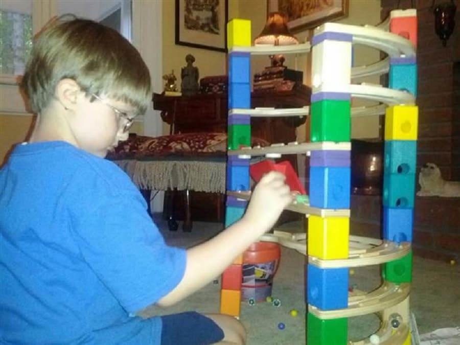 A nyolc éves Jonny Hickey-nek gondjai akadtak a barátkozással. Gyermekkorában autizmussal diagnosztizálták. A közvetlen családon kívüli társadalmi kapcsolato