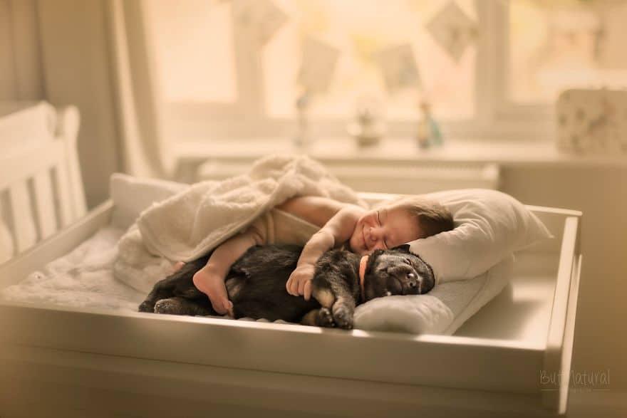 Így alszanak együtt a csecsemők és kedvenceik