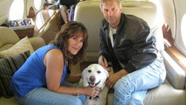 Kevin Costner repülővel menti az