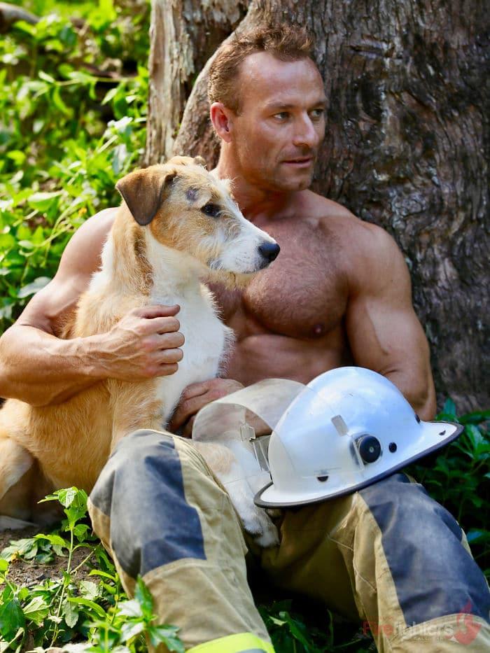 Ausztrál tűzoltók pózoltak mentett állatokkal