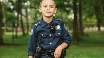 kisfiú rendőrkutyáknak segített
