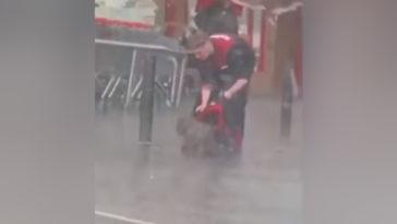 Egy utcán ázó kiskutyára adta a kabátját a fiatal fiú